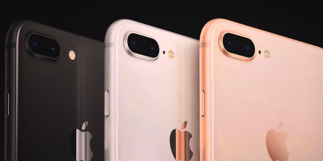 iPhone 8 Plus: voor een maatje meer Size matters. Daarom brengt Apple ook dit jaar weer een Plus-size model uit: de iPhone 8 Plus. Net als als de iPhone 7 Plus en iPhone 6s Plus heeft de iPhone 8 Plus een scherm van 5,5-inch.